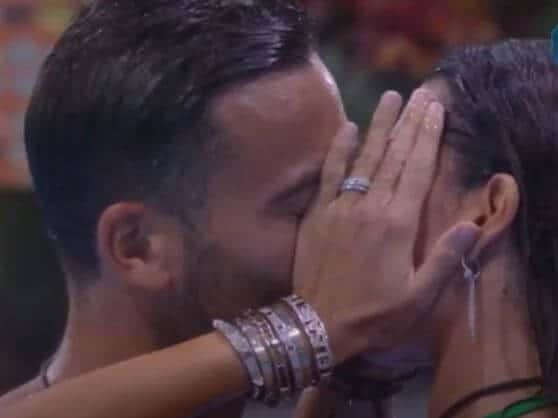 Il bacio a stampo tra Elisabetta Gregoraci e Pierpaolo Petrelli